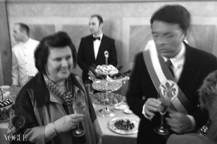당시 시장이었고 현재 이태리 수상인 마테오 렌치로부터 피오리노 도로 상을 받고 있는 수지 멘키스, 2013년 1월, 피렌체.