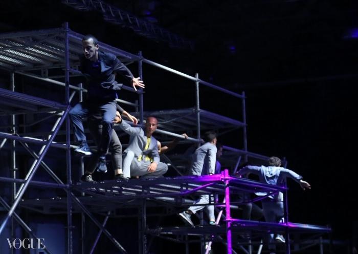 트레이서(도심의 건물 사이를 뛰어다니거나 오르며 하는 운동으로 일명 '파쿠르') 프리 점핑 전문가들이 듀오 머레이 스칼론과 폴 서리지가 디자인한 모던 라인인 'Z 제냐'를 입고 거대한 골조 우리 안에서 공연을 펼치고 있다.