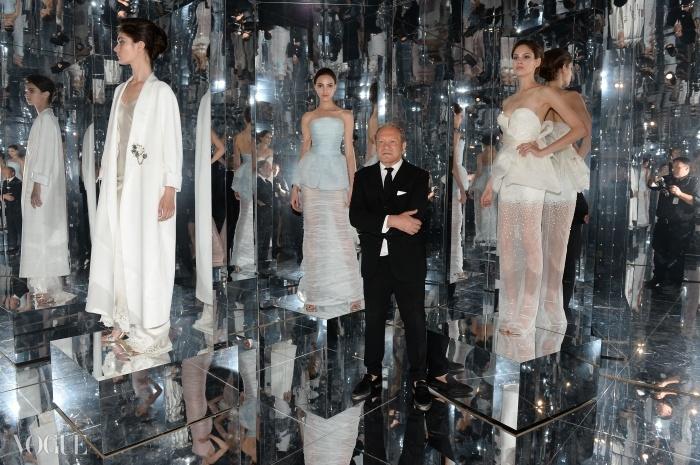 에르마노 서비노가 자신의 컬렉션 의상들과 포즈를 취하고 있다.
