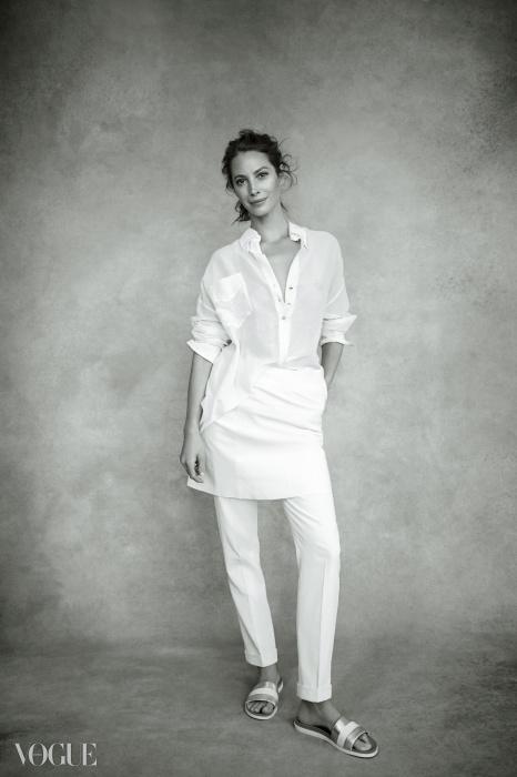 주머니 달린 실크 셔츠는 폴 스미스(Paul Smith), 가죽 스커트와 은색 슬리퍼는 조셉(Joseph), 저지 소재 팬츠는 캘빈 클라인 컬렉션(Calvin Klein Collection).