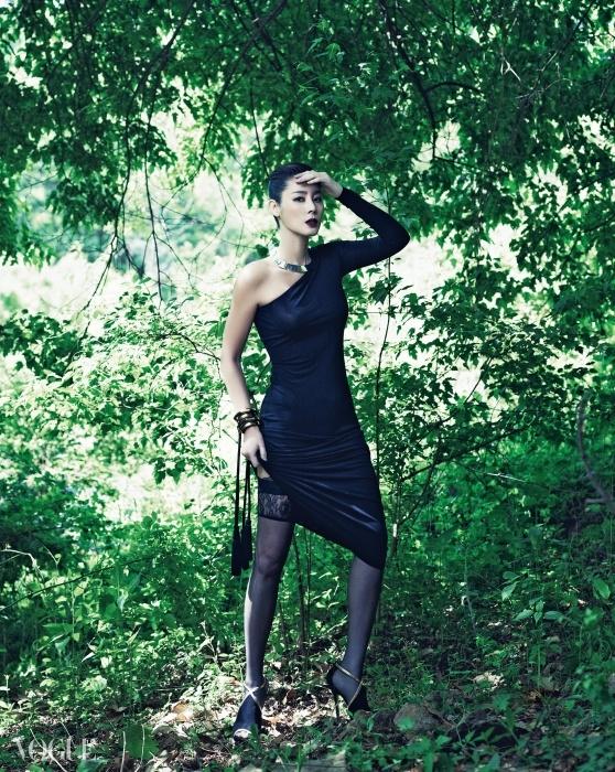 원숄더 저지 드레스는 조셉(Joseph), 태슬 장식 메탈 뱅글들과 레이스 트리밍 판탈롱 스타킹은 라펠라(La Perla), 금색 라이닝 오픈토 스웨이드 펌프스는 지미추(Jimmy Choo).