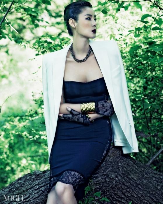 옆 라인과 뒷부분이 시스루 레이스로 장식된 튜브톱 원피스와 어깨를 강조한 흰색 재킷, 비즈 장식 목걸이는 모두 라펠라(La Perla), 오른손 볼드한 메탈 뱅글은 발맹(Balmain), 왼손 골드 뱅글은 생로랑(Saint Laurent), 레이스 장갑은 샤넬(Chanel).