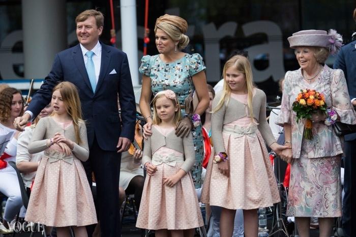 (왼쪽부터) 네덜란드의 왕 빌렘-알렉산더, 막시마 왕비, 그리고 할머니인 베아트릭스 전 여왕의 보살핌을 받으며 서 있는 알렉시아 공주, 아리아네 공주, 그리고 네덜란드의 왕위계승자인 그들의 언니 카타리나-아말리아 공주.