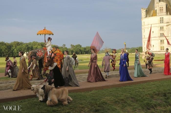 고급 주얼리 컬렉션 론칭을 기념하기 위해 반 클리프&아펠은 동화 같은 밤을 연출했다. 프랑스 동화 를 바탕으로 한 것. 코끼리가 샹보르 성에서 행렬을 이끌고 있다. ⓒ Chambord-Credit Van Cleef & Arpels