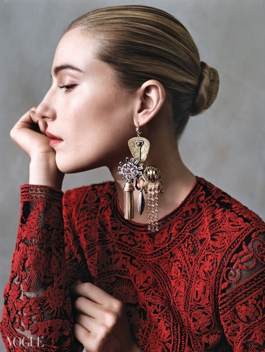 발렌티노의 레드 드레스를 입은 드리 헤밍웨이(Dree Hemingway@DNA Models). 한쪽 귀에 늘어뜨린 셀린의 샹들리에 귀고리가 옆모습을 더욱 매혹적으로 보이게 한다.