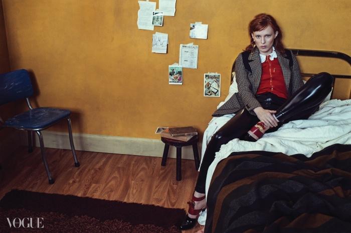 Portrait of a Lady불타는 듯한 붉은 머리카락의 소유자, 슈퍼모델 카렌 엘슨. 여전히 반항아 같은 이미지를 간직한 이 우아한 모델에겐 트위드 체크 재킷과 가죽 레깅스 팬츠가 잘 어울린다. 포인트는? 머리 컬러와 매치되는 붉은 톤의 블라우스!
