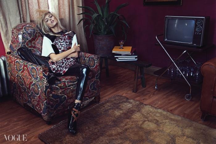 Shine On와 무려 다섯 번째 커버 촬영! 애냐 루빅은 이 특별한 촬영을 위해 강렬한 프린트의 드레스를 선택했다. 여기에 반짝이는 가죽 소재 레깅스와 부츠를 더하자 애냐 특유의 쿨한 스타일이 완성됐다.
