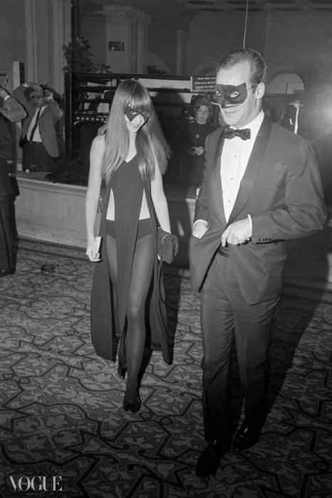 페넬로페 트리가 1966년 뉴욕 플라자 호텔에서 열린 트루먼 카포티의 화려한 흑백 무도회에 입장하고 있다. 이 행사에는 영화배우들, 사교계 인사들, 예술가들, 작가들, 그리고 막강한 정치계 인사들이 참석했다. ⓒ Bettmann/CORBIS
