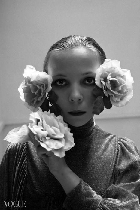 세실 비통이 페넬로페 트리와 스위스 출신의 조각가 에바 애플리의 작품을 카메라에 담았다.  1972년 10월호. ⓒ Cecil Beaton