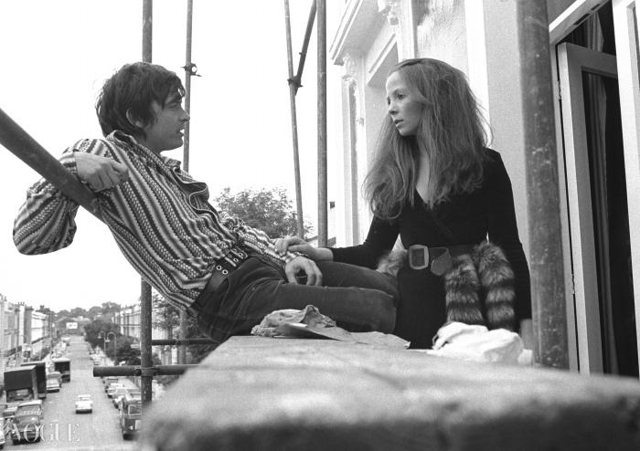 1965년 런던에서 함께 한 때를 보내고 있는 데이빗 베일리와 페넬로페 트리. ⓒ Getty