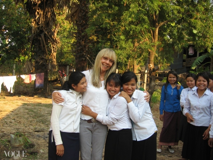 캄보디아의 빈티 민치 게이트(Beantey Meanchey GATE(Girl's Access To Education)) 프로그램에 참여한 학생들과 함께 한 페넬로페. ⓒ Holly Gilliam courtesy Lotus Outreach