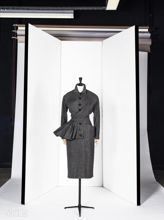 크리스찬 디올의 '베르니크' 데이타임 앙상블, 1950년 가을 컬렉션. ⓒ Eric Emo / Galliera / Roger-Viollet