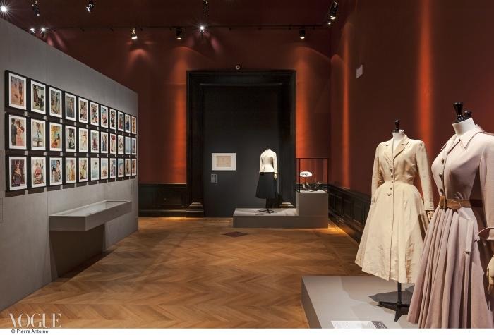 뉴룩! 자크 파스의 1948~1949 가을 컬렉션에 포함된 실크 코트(왼쪽) 맞은편에 전시된 50년대  커버들과 크리스찬 디올의 1947년 가을 컬렉션에 포함된 봉봉 드레스(오른쪽). 끝엔 1947년에 선보인 디올의 그 유명한 바 수트가 놓여 있다. ⓒ Pierre Antoine