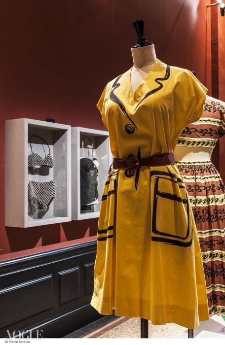 스포츠웨어와 수영복. 에르메스의 여름용 드레스, 1952년 봄 컬렉션. 그리고 뒤에 있는 것은 자크 하임의 해변용 드레스, 1947년 봄 컬렉션. 진열장 안에는 자크 하임의 수영복(1949~1951, 왼쪽)과 넵튜니아(Neptunia)의 수영복(1953년, 오른쪽)이 전시 중. ⓒ Pierre Antoine
