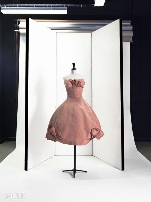 생 로랑이 디자인한 디올의 짧은 이브닝드레스, 1958년 봄 컬렉션. ⓒ Eric Emo / Galliera / Roger-Viollet