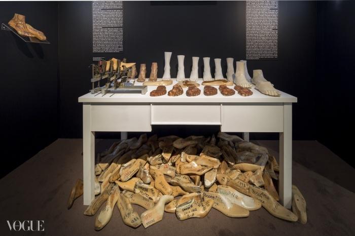 페라가모 구두 골들과 발 주형 틀.