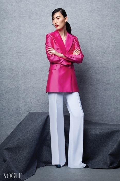핑크색 턱시도 재킷은 김서룡, 화이트 와이드 팬츠는 아뇨나, 푸른색 힐은 로저 비비에.