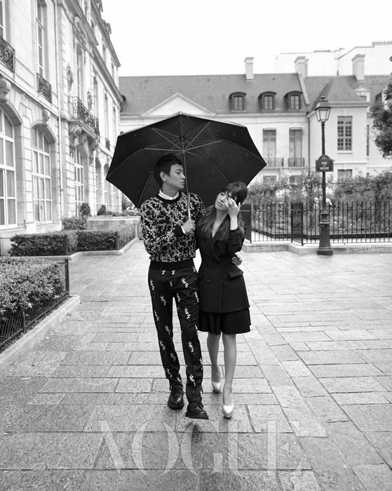 잔잔한 플라워 패턴의 심플한 니트 스웨터와 테일러드 팬츠를 입은 강동원과 잘록한 허리선이 돋보이는 재킷 드레스를 입은 송혜교가 파리의 연인이 되었다.