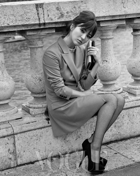 날렵하게 재단된 연한 황토색 테일러드 재킷 드레스에 악어가죽 투톤 미니 클러치백, 스웨이드 소재 플랫폼 슈즈를 매치하면 멋진 이브닝 룩이 완성된다.