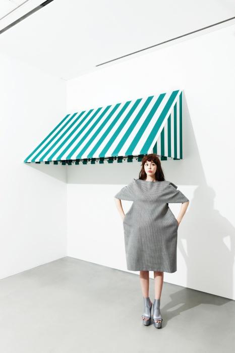 구조적인 미니 드레스는꼼데가르쏭(Comme desGarçons), 슬링백 웨지 슈즈는멜리사(Melissa).