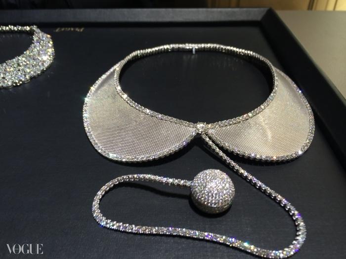 793개 브릴리언트 컷의 다이아몬드와 피아제 56P 쿼츠 무브먼트(석영 진동자를 시간 표준으로 하는 기계 부분)가 장착되고 18 K 화이트 골드 밀라노 메시로 제작된 칼라 소트와르 시계 ⓒ Piaget