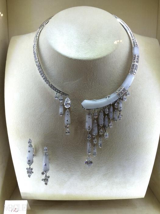 우윳빛 크리스털 덩어리와 쏟아지는 다이아몬드 혜성들이 특징인 목걸이. ⓒ Chaumet