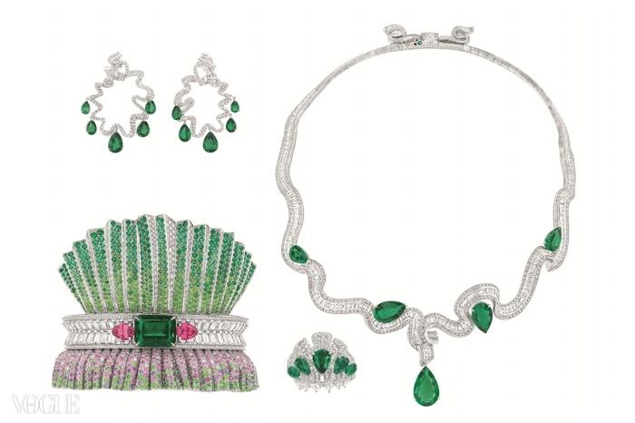 화이트 골드, 다이아몬드, 사파이어, 에메랄드, 비취 석류석, 그리고 오렌지 핑크색 첨정석(spinel)으로 만든 뱅글과 여기에 어울리는 에메랄드와 다이아몬드 세트. 모두 디올의 1947년 바 수트에서 영감을 얻었다. ⓒChristian Dior Couture