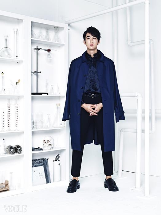청색 오버사이즈 아우터는김서룡(Kimseoryong),실크 셔츠는 레이(Leigh at Kud),팬츠는 우영미(Wooyoungmi),구두는 디올 옴므(Dior Homme).