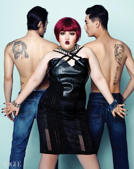 가죽과 시스루가 믹스된 검정 원피스는에스이꼴와이지(S=Yz), 참 장식 목걸이와귀고리, 커프스는 스와로브스키(Swarovski).왼쪽 남자 모델의 데님 팬츠는나파피리(Napapijri), 오른쪽 남자 모델의데님 팬츠는 클럽모나코(ClubMonaco),브리프는 엠포리오 아르마니언더웨어(Emporio Armani Underwear).