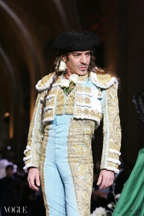2008년 자신의 패션쇼에서 무대 인사를 하는 존 갈리아노. ⓒ GETTY