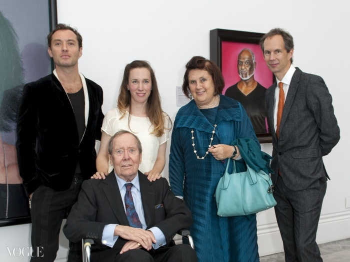(왼쪽부터)배우 주드 로, 스노우튼 경, 그의 딸 레이디 프란시스 폰 호프만슈탈(Lady Frances von Hofmannsthal), 수지 멘키스, 그리고 리졸리(Rizzoli) 출판사의 찰스 미어스(Charles Miers)가 내셔널 포트레이트 갤러리에서 시작된 'Lord Snowdon Private View' 전시에서 포즈를 취하고 있다. ⓒ Jorge Herrera
