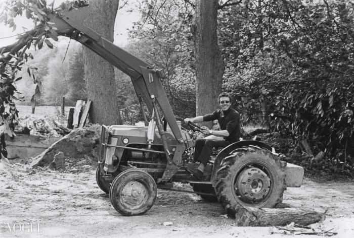 자신의 트랙터에 앉아 있는 스노우든, 1977. ⓒ Bob Belton