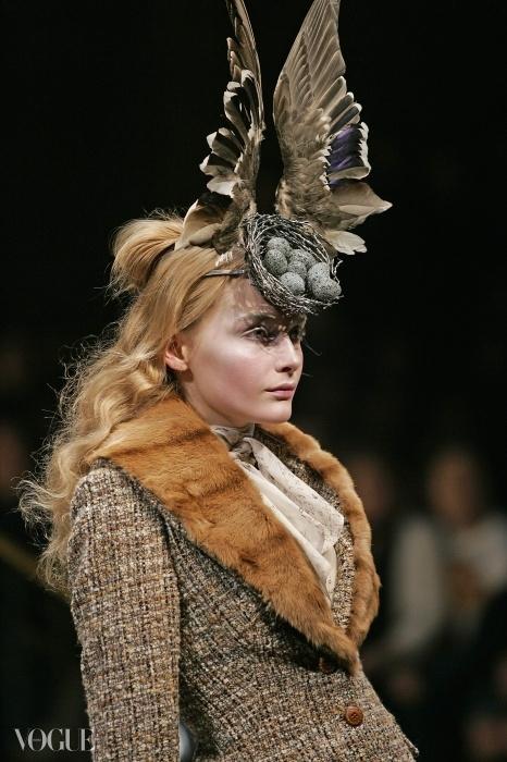 필립 트레이시(Philip Treacy)와 숀 린(Shaun Leane)이 스와로브스키 원석으로 만든 새 둥지 헤드 드레스. 알렉산더 맥퀸 2006년 가을 컬렉션.