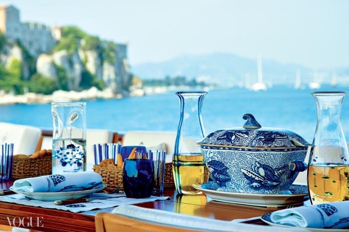 T.M. Blue One(발렌티노의 요트). 리프로덕션 포셀린 디너 서비스 세트의 튜린, 1820대의 토키 디자인 이후, 스태퍼드셔. 식스틴 랄프 로렌 크리스탈 텀블러 세트의 물잔. 파란색의 세로 줄무늬가 있다. © 오베르토 길리
