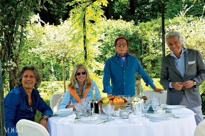 와이드빌. 정원 정자에 차린 캐주얼한 런치. 왼쪽부터 카를로스 소우자, 찰린 쇼르토(Charlene Shorto), 발렌티노 가라바니, 지안카를로 지아메티. © 오베르토 길리