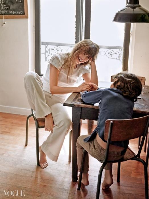 파리지엔 시크의아이콘으로 떠오른 캐롤린드 메그레(Caroline deMaigret@Next). 랙앤본의티셔츠와 샤넬의 바지를입은 그녀는 아들인안톤과 함께 집에서 시간보내는 걸 즐긴다.