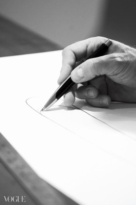 필립 스탁, 카림 라시드와 함께세계 3대 산업디자이너로 꼽히는 마크 뉴슨.루이 비통의 '아이콘과 아이콘재해석자' 프로젝트를 위해 직접 고른백팩을 재창조하는 모습.