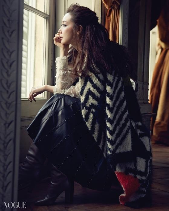 A Room with a View 파리 외곽 고성의 아름다운 성주가 된최지우. 가죽 플리츠 스커트와 스트라이프울 코트가 로맨틱한 11월 풍경을 완성한다.