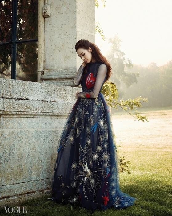 My Beating Heart이 드레스를 입으면 큐피드의 화살이 날아올 것 같다.별과 꽃 모티브의 자수 장식 하이웨이스트 시폰 드레스는한쪽 가슴을 장식한 붉은 하트가 포인트다.