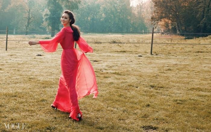 Field of Dreams아침 햇살이 눈부신 고성 근처 세브루즈 계곡의 들판에서.발렌티노의 시그니처인 빨강 시폰 드레스를 입은 숲의 요정 최지우.
