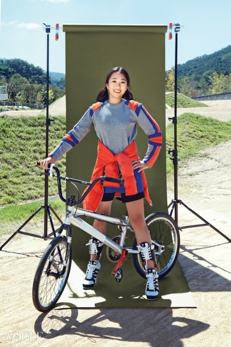 어깨 패드 장식이 돋보이는 톱은마크 바이 마크 제이콥스(MBMJ),허리에 묶은 주홍색 패딩 점퍼는에르메스(Hermès), 운동화를변형시킨 롱부츠는 아디다스(Adidasby Jeremy Scott).