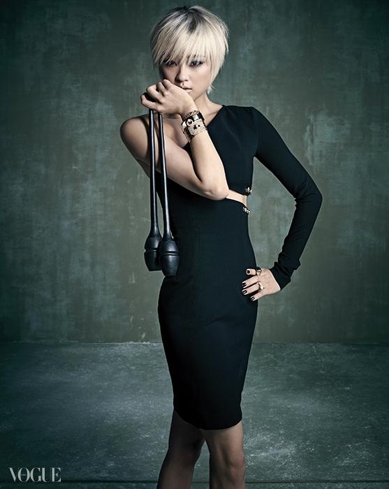컷아웃 디테일의 오프 숄더 실크원피스는 베르수스(Versus),양손의 다이아몬드 장식 로즈 골드뱅글과 팔찌, 반지는모두 에르메스(Hermès).