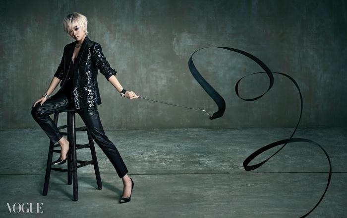 스팽글 장식 턱시도 재킷과 가죽 배기팬츠는 김서룡(Kimseoryong),레이스 장식 뷔스티에는 라펠라(LaPerla), 주얼리는 모두 에르메스(Hermès),스틸레토 힐은 게스 슈즈(Guess Shoes).