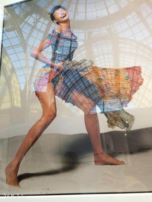 비비드한 패턴의 팔라초 파자마를 입고 있는 셰이무어와 그녀의 넓게 벌린 다리 위를 블랙 드레스를 입고 기어오르는 린다 에반젤리스타© 수지 멘키스