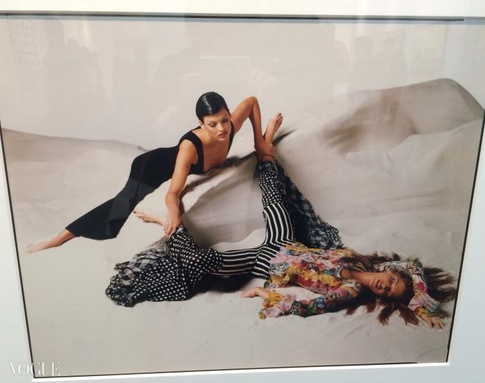 파리 포토의 그랑 팔레 유리 돔 격자가 반사되어 베르사체를 위한 아베돈의 작품 중 하나인 린다 에반젤리스타 사진에 비쳐졌다.© 수지 멘키스