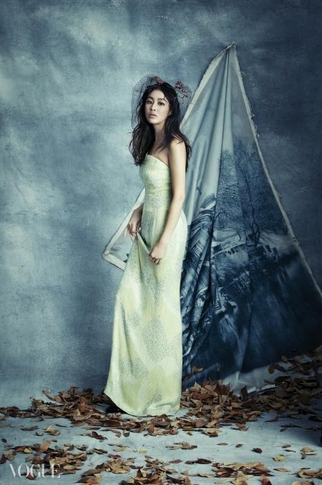 Glam Up길고 가느다란 팔다리를 지닌 강소라의장점을 맘껏 보여줄 수 있는 라임색비즈 장식 칼럼 드레스. 이대로레드 카펫에 서도 손색없을 만큼 아름답다.화보 속 의상과 구두, 주얼리는모두 조르지오 아르마니(Giorgio Armani).