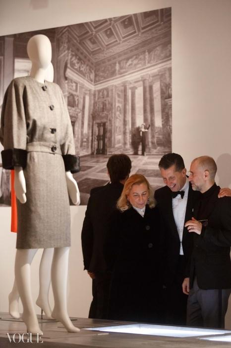 미우치아 프라다(Miuccia Prada)와 스테파노 통키(Stefano Tonchi)가 전시를 보며 감탄하고 있다.ⓒ 무사치오, Ianniello Napolitano, 막시 재단이 제공