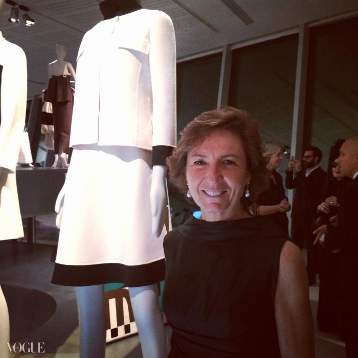 안나 제냐(Anna Zegna)이 갈라 오프닝을 위해 고인이 된 어머니의 옷장 속 유산인 밀라 쇤(Mila Schön) 수트를 입은 모습