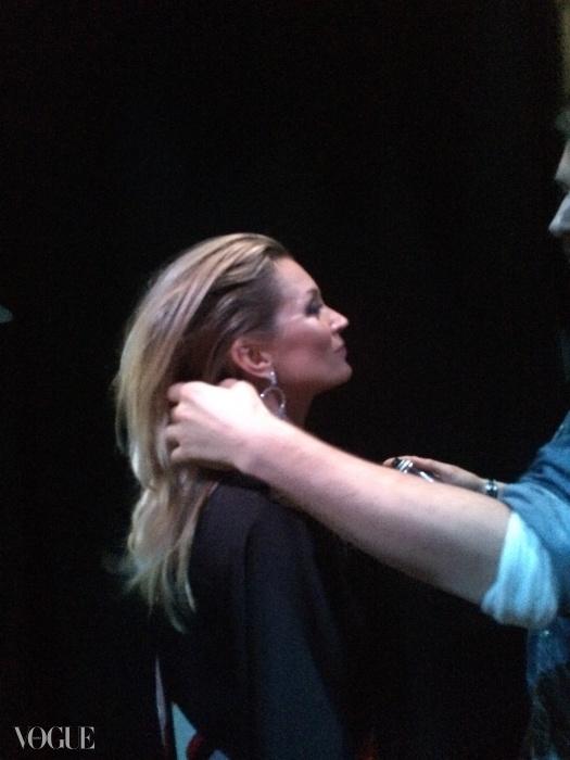 백스테이지에서 머리를 풀어헤친 상태로 있는 케이트 모스