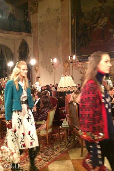 모델들은 쇼를 위해 레오폴트스크론 성의 방을 거닐었다.